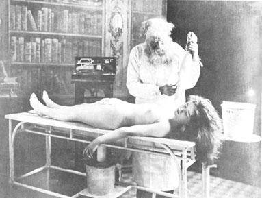 Некрофилия; старая фото прозектора и молодой мертвой девушки.